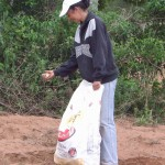 Isabel pflanzt Mandioka