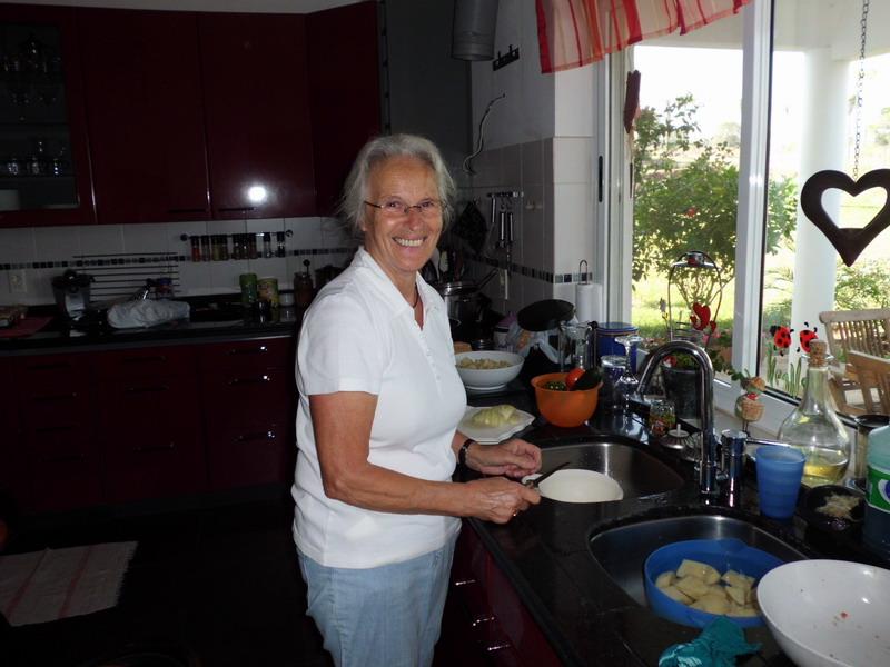 Oma am kochen